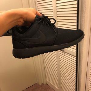 Size 8 black Nike Roshe